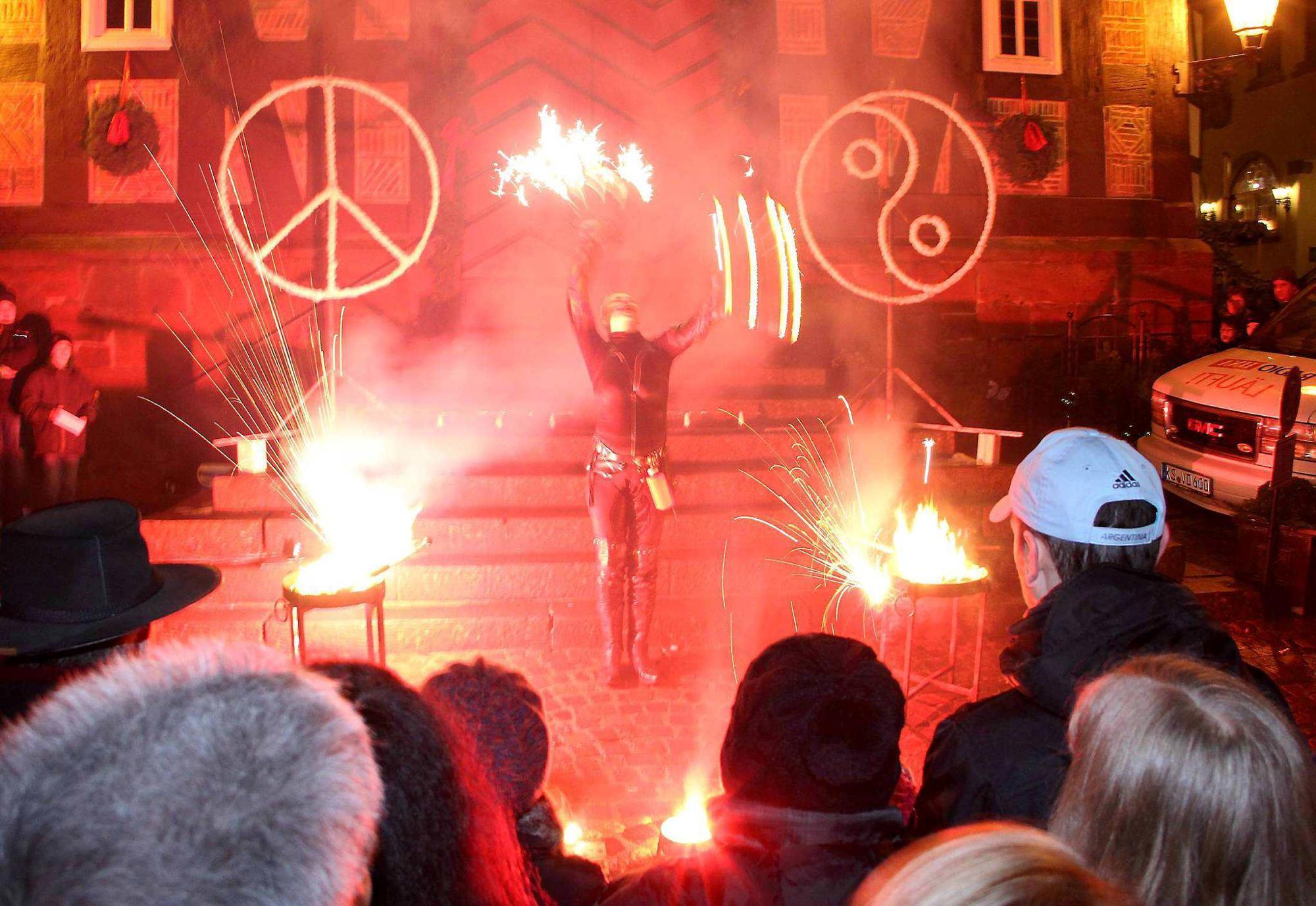 Weihnachtsmarkt Frankenberg.Frankenberg Spektakuläre Feuershow Beim Sonne Weihnachtsmarkt