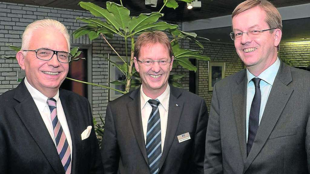 Große Spende: Jan Schlüter, stellvertretender HNA-Chefredakteur (rechts), bedankte sich bei Bankchef Claus-Rüdiger Bauer (links) und Marketingleiter Peter Hammerschmidt (Mitte). Foto: Dilling