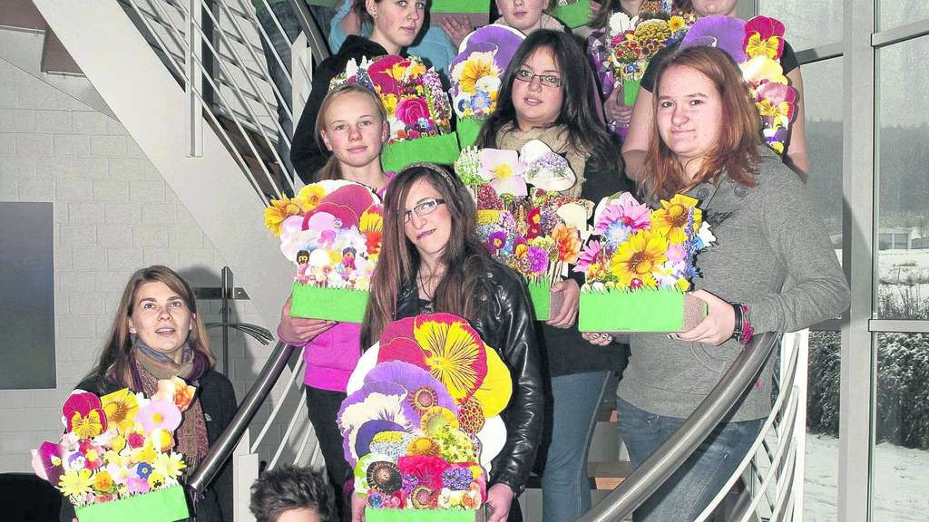 Kinder läuten Frühling ein - Schüler gestalten Kunstprojekt in Firma ...