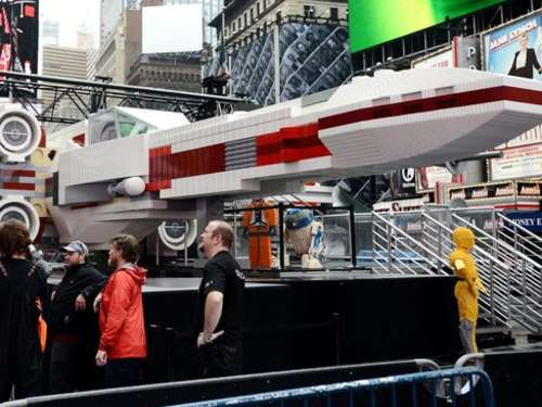 Star-Wars-Flieger aus Lego landet am Times Square