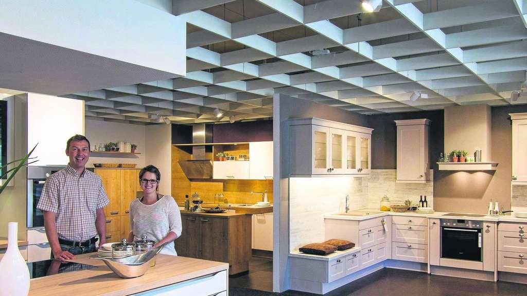 neue kuchenkollektion eric engelhardt und seine mitarbeiterin tina wertz prasentieren die neuen kuchenmodelle