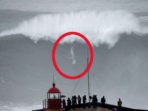Video: Surfer bezwingen 30 Meter hohe Welle