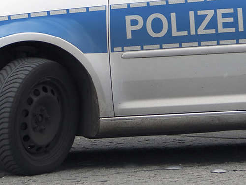 Karnevalsfreund pinkelt an Polizeiauto