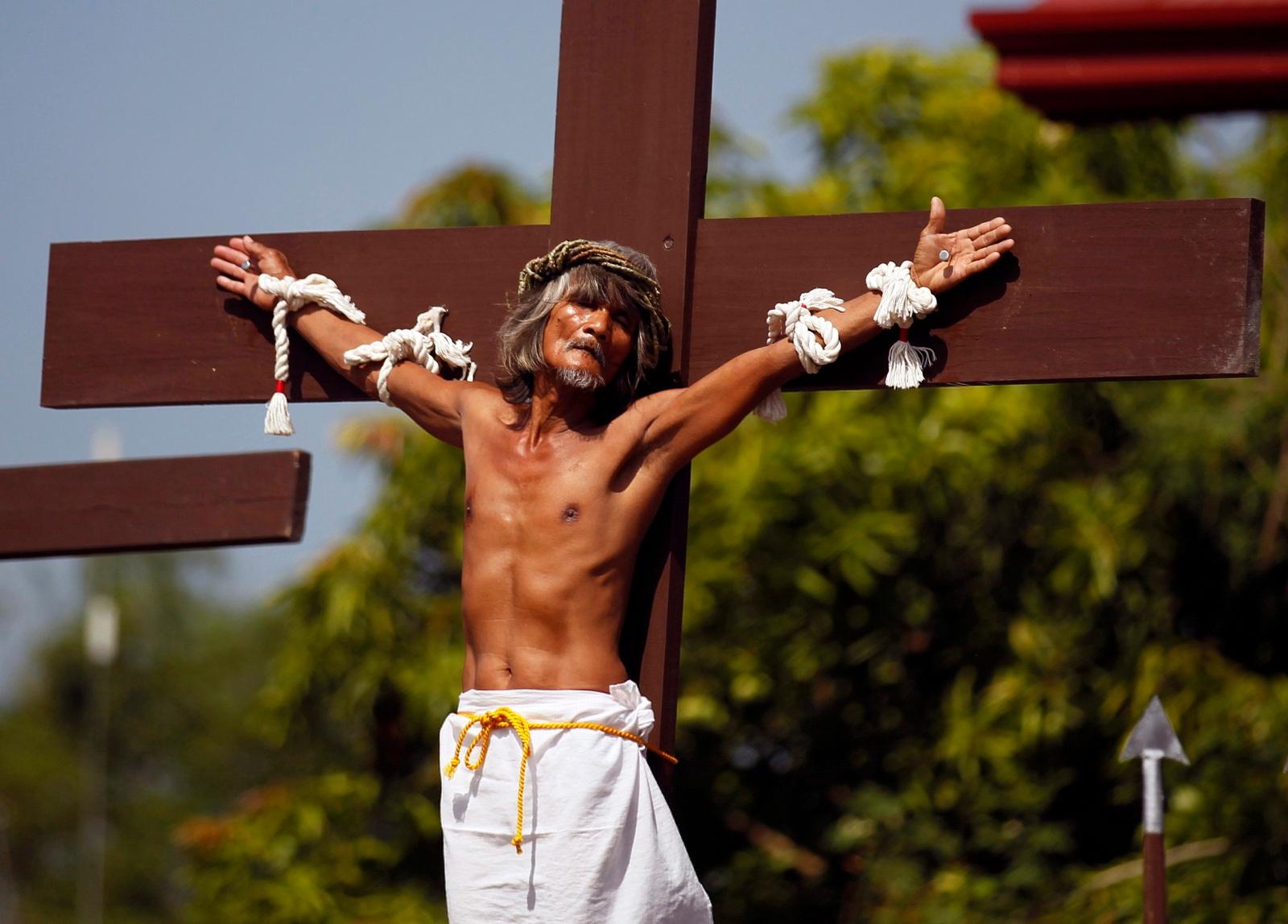 Männer auf den Philippinen lassen sich an Karfreitag