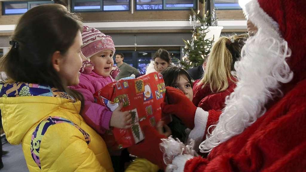 Weihnachtsfeier im Lager Friedland: Geschenke für die Kinder | Friedland