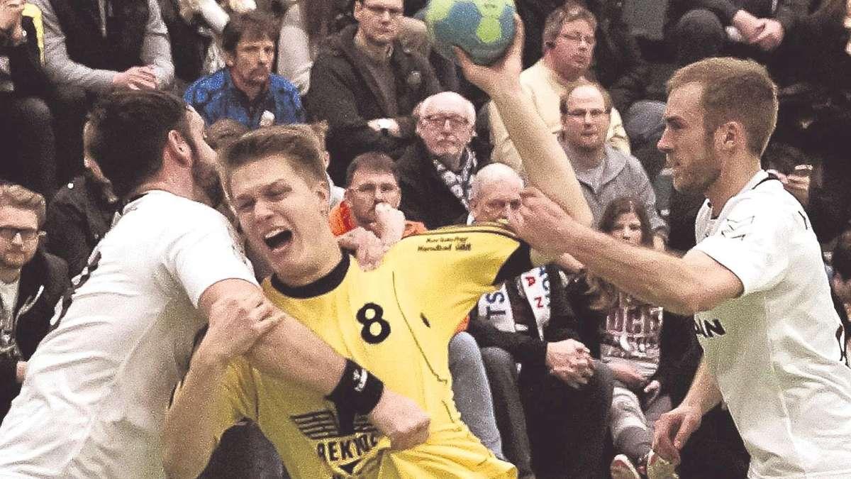 Einer gegen zwei: Korbachs Rückraumspieler Jan Kollenberg wird unfair von Michael Griesel (links) und Maurice Mügge (rechts, beide Zwehren) gestoppt. Foto: Zgoll