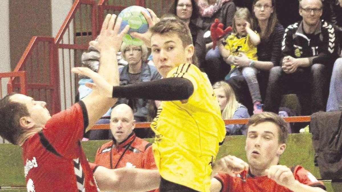 Talent in Aktion: Vince Schmidt vom TSV Korbach setzt sich in dieser Szene gegen die Wanfrieder Milos Milosavljevic (links) und Nico Weiß durch. Foto:Spitzkopf