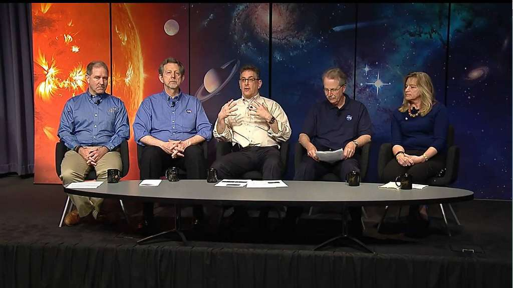 "Stellten sich bei einer Konferenz in Washington Fragen zum Thema ""Außerirdisches Leben"": John Grunsfeld (von links), Jim Green, Jeff Newmark, Paul Hertz und Ellen Stofan von der US-Raumfahrtbehörde Nasa. Screenshot: YouTube"
