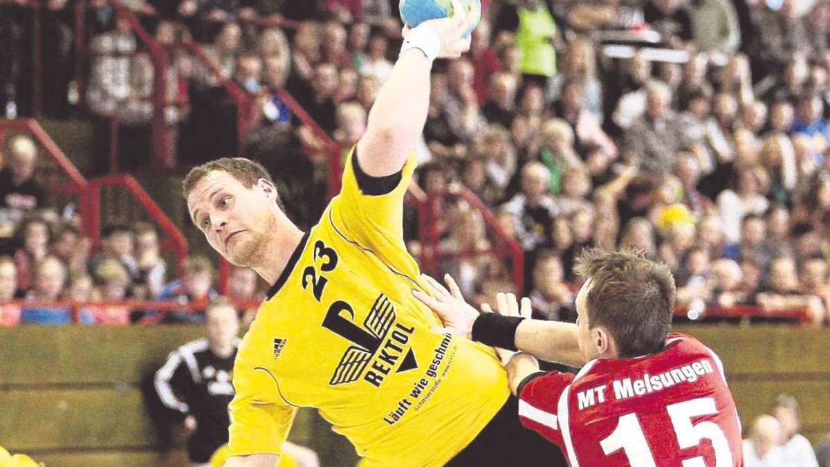 Torwurf vor vollen Rängen: Mark Potthof (TSV Korbach), hier gegen den Melsunger Alexander Bärthel. Foto:Spitzkopf