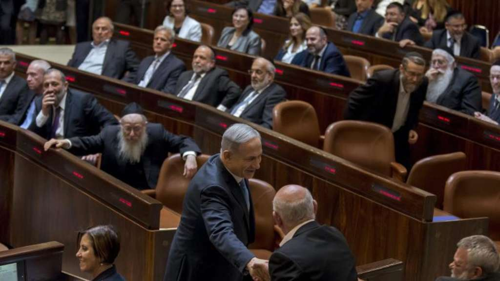 Netanjahu begrüßt Oppositionspolitiker in der Knesset. Foto: Jim Hollander