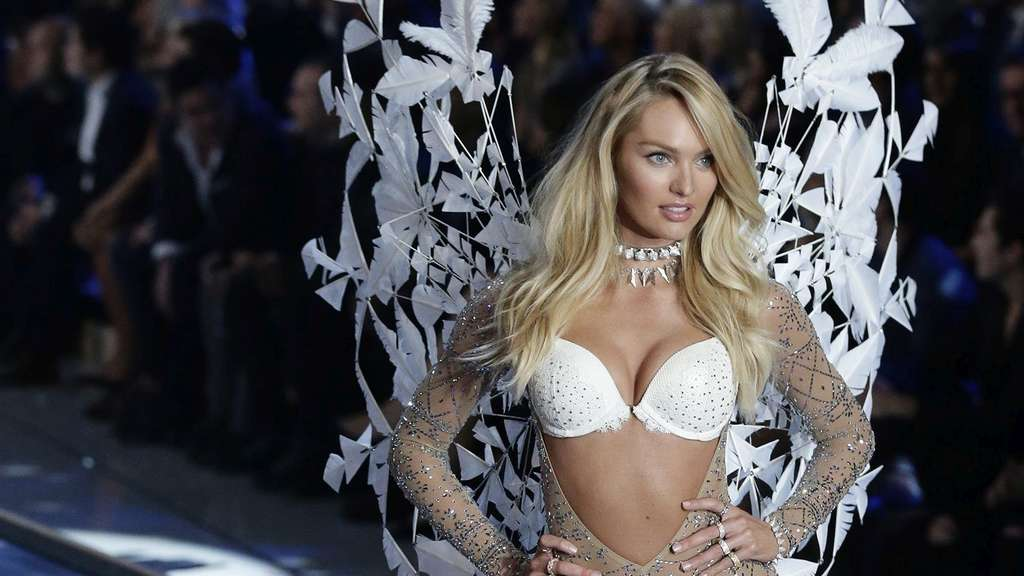 epa05020132 South African Victoria&#39s Secret model Candice Swanepoel walks down the runway during the 2015 Victoria&#39s Secret fashion show at the Lexington Armory in New York, USA, 10 November 2015. EPA/JASON SZENES +++(c) dpa - Bildfunk+++