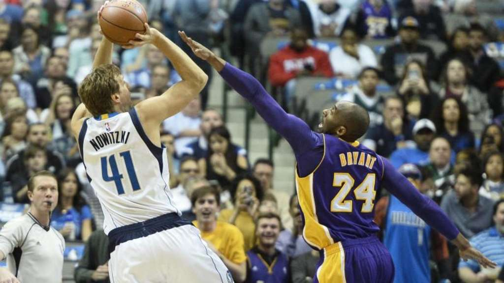 Dirk Nowitzki (l) von den Dallas Mavericks im Duell mit Lakers-Star Kobe Bryant. Foto: Larry W. Smith