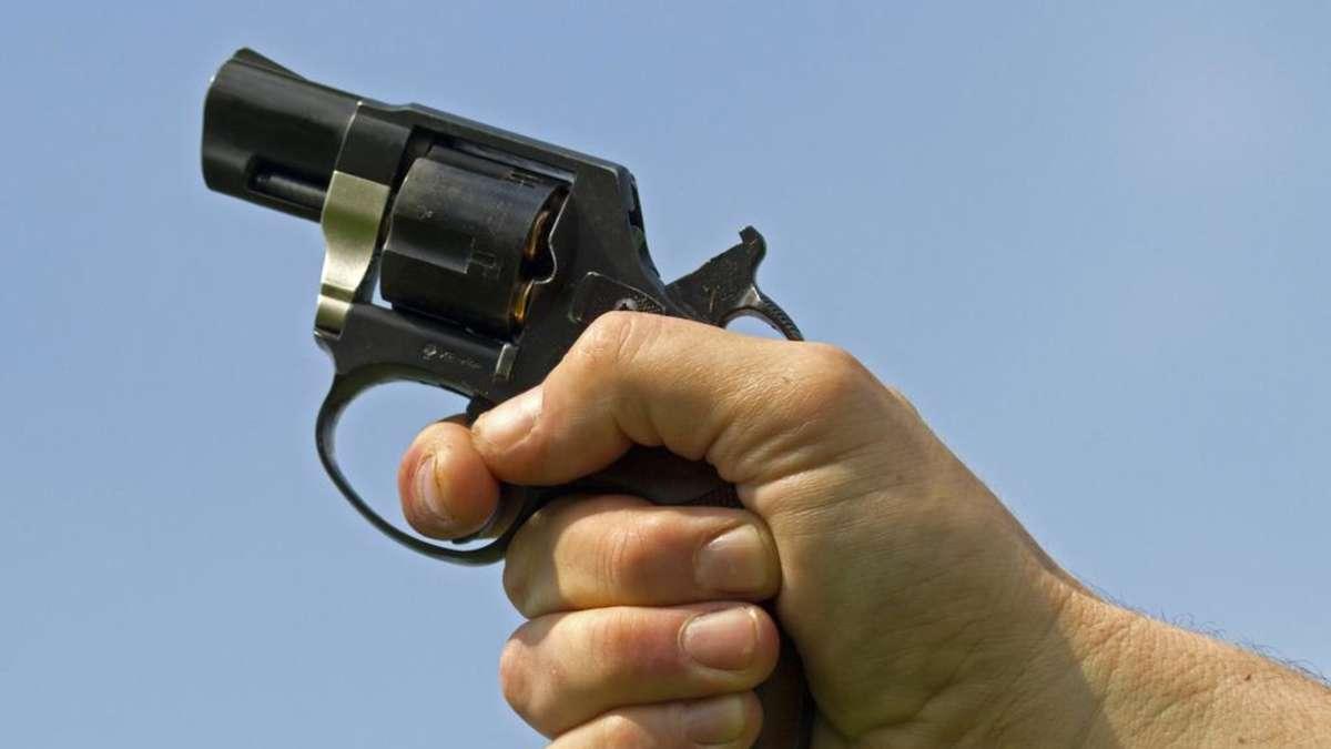 mann schie t in mehrfamilienhaus mit schreckschusspistole. Black Bedroom Furniture Sets. Home Design Ideas