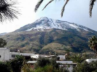 epa05106617 A general view shows the snow covered Stromboli Volcano in Eolie island, Sicily, Italy, 17 January 2016. EPA/BARTOLINO LEONE +++(c) dpa - Bildfunk+++