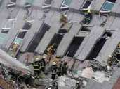 dpatopbilder - epa05145452 Rescuers search for survivors from a collapsed building following a 6.4 magnitude earthquake that struck the area in Tainan City, Taiwan, 06 February 2016. At least three people, including an infant, were killed and dozens injured when a high-rise building collapsed after a 6.4-magnitude earthquake struck southern Taiwan early 06 February, authorities said. The 17-storey building in Tainan city was said to be home to about 200 people in 60 households, state-run media reported. Several other buildings in Tainan collapsed or were damaged by the quake that struck at 03:57 am local time (19:57 GMT Friday). EPA/RITCHIE B. TONGO ALTERNATIVE CROP +++(c) dpa - Bildfunk+++