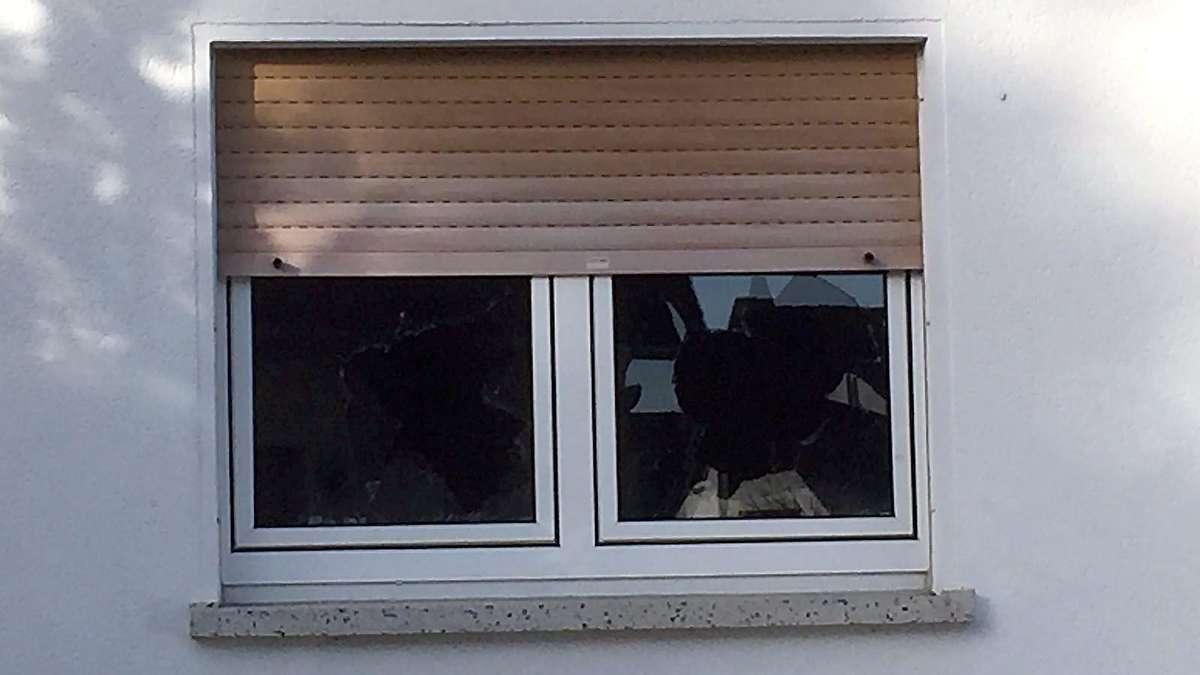 zwei fenster an fl chtlingshaus in heinebach zerst rt alheim. Black Bedroom Furniture Sets. Home Design Ideas