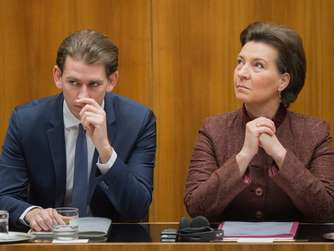 epa05280810 Austrian Foreign Minister Sebastian Kurz (L) and Education Minister Gabriele Heinisch-Hosek (R) sit on the government bench prior a speech of United Nations (U.N.) Secretary-General Ban Ki-moon in the Parliament in Vienna, Austria, on 28 April 2016. Ban Ki-moon is on an official visit to Austria from 26 to 29 April 2016. EPA/CHRISTIAN BRUNA +++(c) dpa - Bildfunk+++