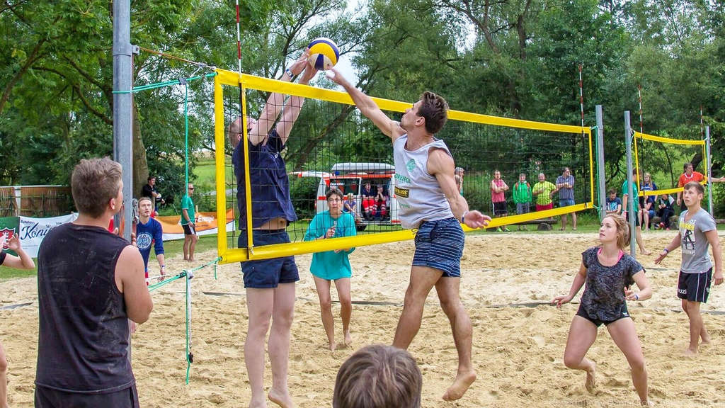 Big Pool Party in Düderode: Beim Volleyball gab es spannende Spiele. 22 Teams waren am Start. Foto:  nh