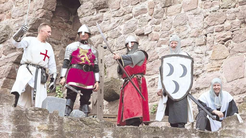 Bereit zur Verteidigung: Beim Mittelalterfest auf Burg Hanstein wurde von den Artusrittern die Erstürmung der Gemäuer mit viel Getöse und halsbrecherischen Stunts aufsehenerregend dargestellt. Foto:Schröter