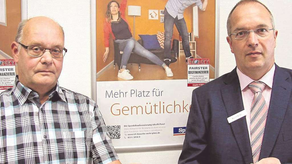 Pokalauslosung: Spielleiter Uwe Achtermann (links) und Rainer Nickel vom Sponsoren Sparda-Bank. Foto: mwa