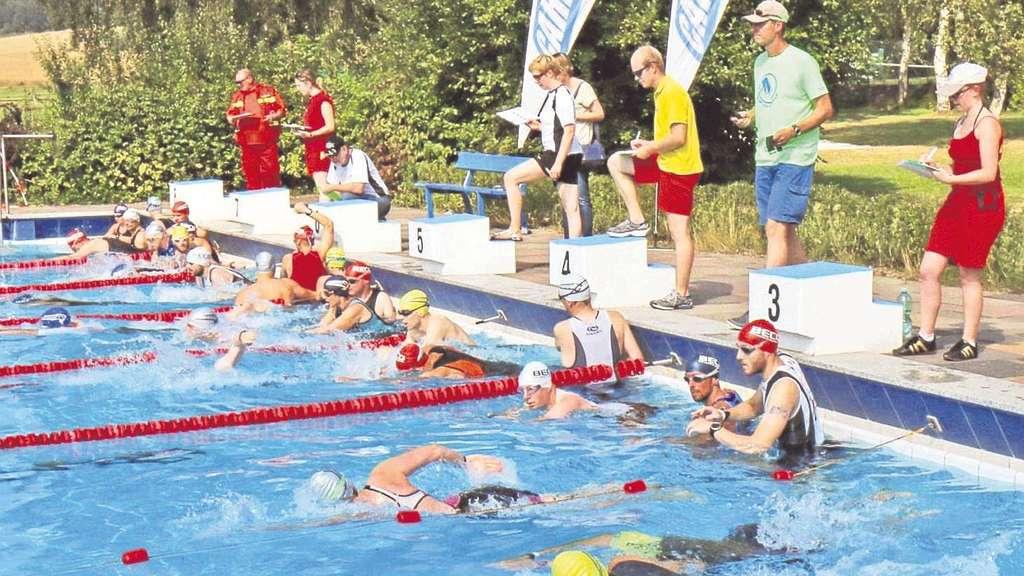 Start im Freibad: Los ging es mit dem Schwimmen, bevor die Sportler auf ihre Räder stiegen und danach schließlich die Laufschuhe anzogen. Fotos:zsv