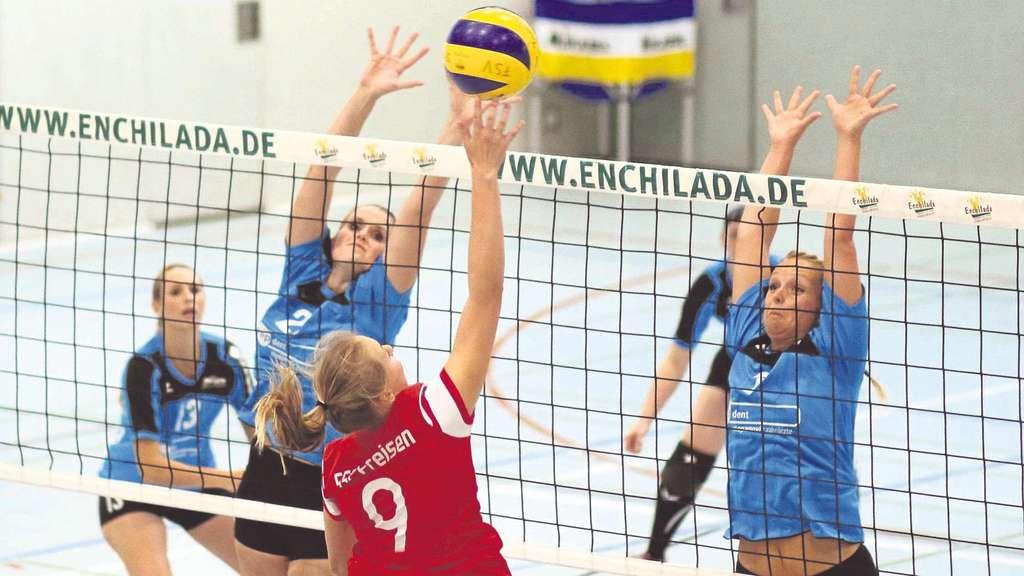 Blockversuch: Die Bergshäuserinnen Julia Sander (von links), Lisa Reißig und Christiane Wieja versuchen in dieser Szene Freisens Vanessa Fox zu stoppen.