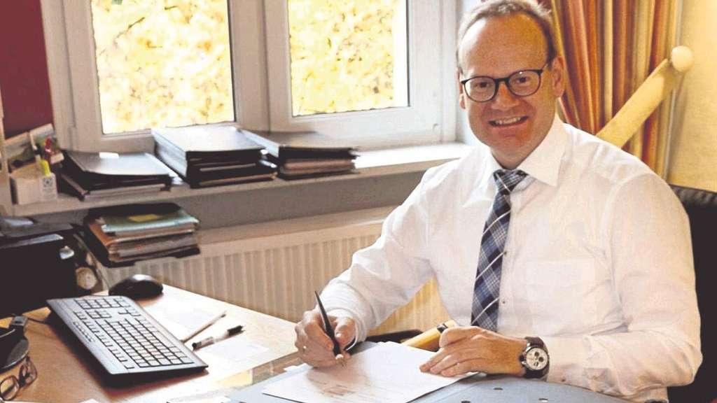 Schreibtisch voller akten  Michael Heußner (CDU) ist seit 100 Tagen Bürgermeister in Hessisch ...