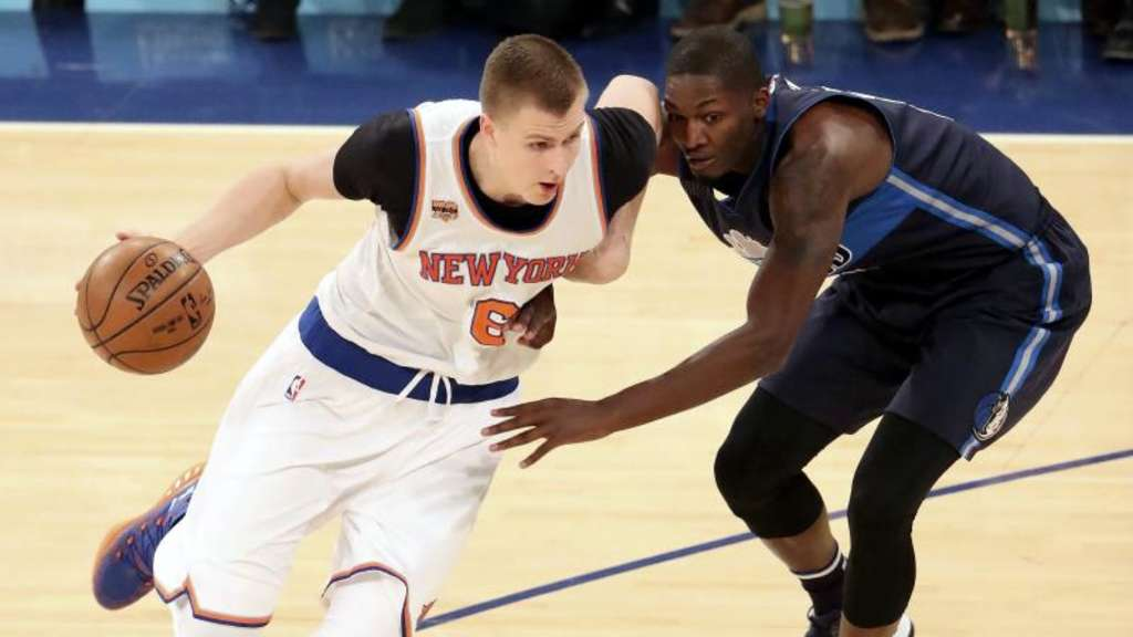 Kristaps Porzingis (l) von den New York Knicks war von den Dallas Mavericks kaum zu stoppen.