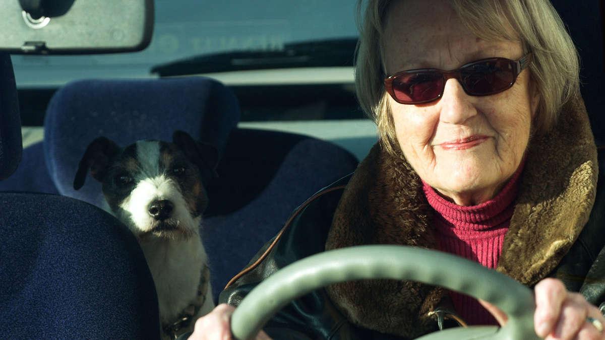autofahren im alter m ssen autofahrende senioren bald regelm ig zum test auto. Black Bedroom Furniture Sets. Home Design Ideas