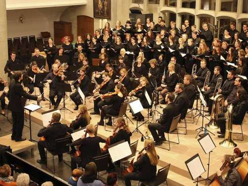 "Eine Konzert, vier Dirigenten: Orchester ""in progress"" und Unichor ""Cantiamo"" in der Martinskirche"