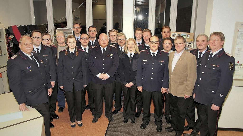 Auszeichnung: Die geehrten und beförderten Mitglieder der Freiwilligen Feuerwehr Northeim. 2 Fotos: Lange/Kreisfeuerwehr/nh