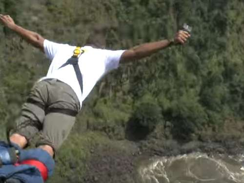Video: Will Smith wagt Bungee-Sprung über Victoriafällen