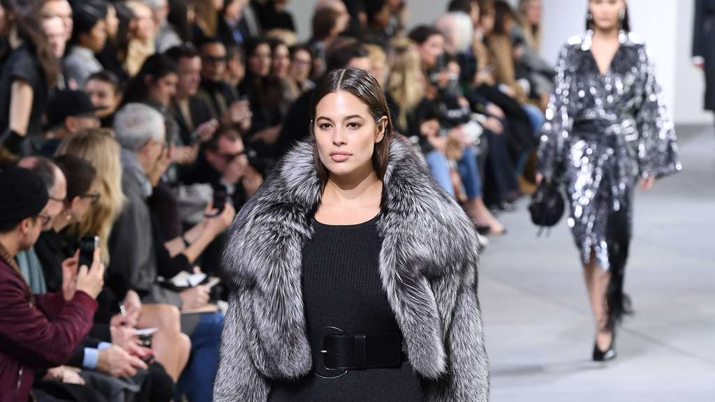 Model Ashley Graham auf dem Laufsteg in New York bei der New York Fashion Week- Michael Kors Runway.