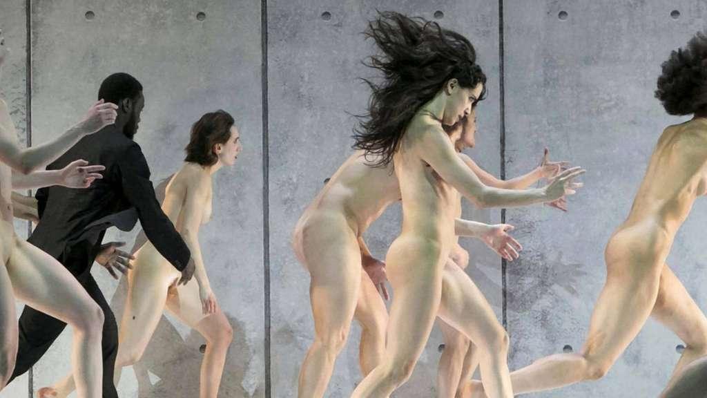 frauen nackt auf der theaterbühne