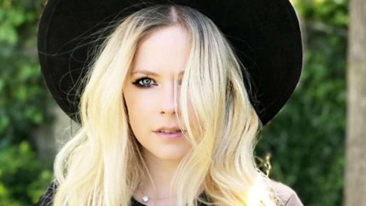 Bizarre Gerüchte: Ist Avril Lavigne schon seit 14 Jahren