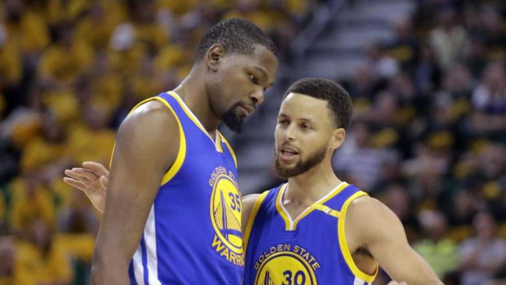 Kevin Durant (l.) und Stephen Curry wollen mit den Golden State Warriors NBA-Champion werden.