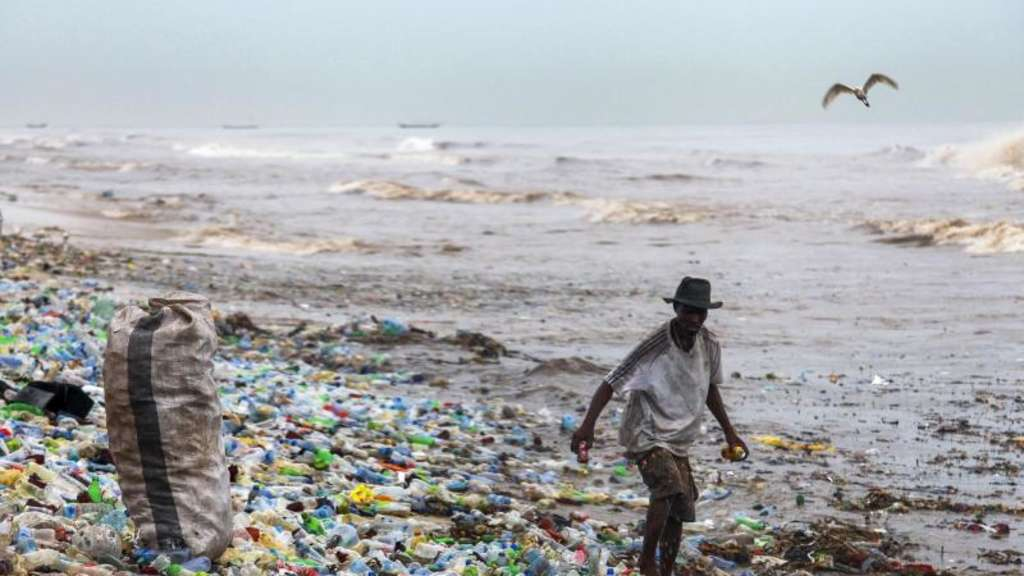 Plastikmüll am Korle Gono Strand in Ghana. Foto: Christian Thompson