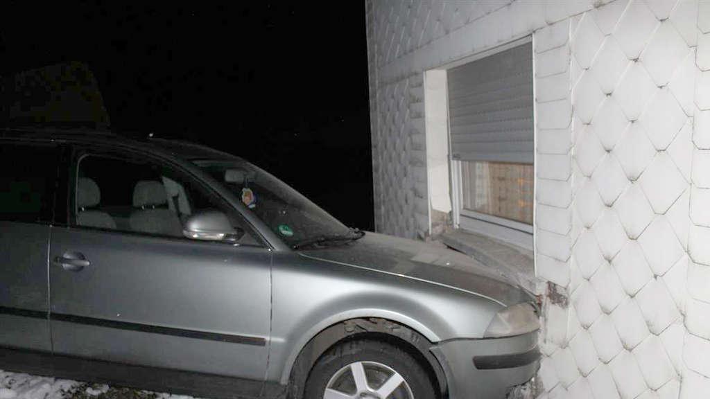 Bose Uberraschung Beim Fernsehen Plotzlich Kracht Ein Auto Durch