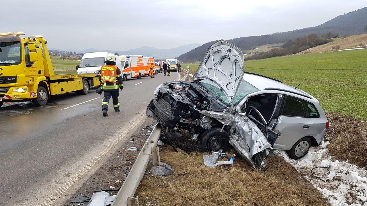 Unfall auf B251 bei Dörnberg: Drei Menschen verletzt | Habichtswald