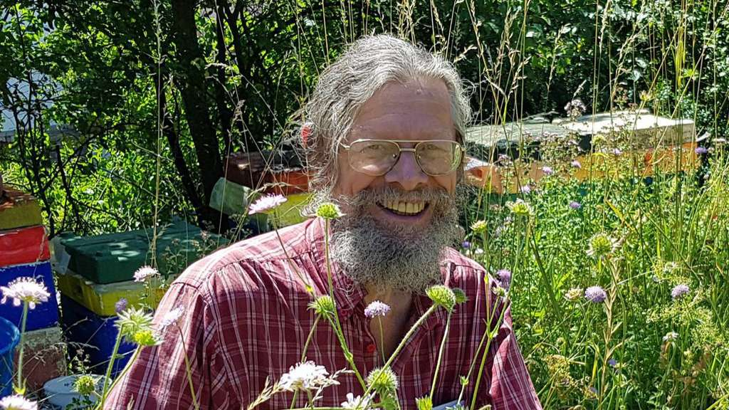 Biologe Hans Joachim Flügel Vom Lebendigen Bienenmuseum.