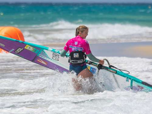 Johanna Rümenapp aus Northeim surft beim World Cup in Fuerteventura mit