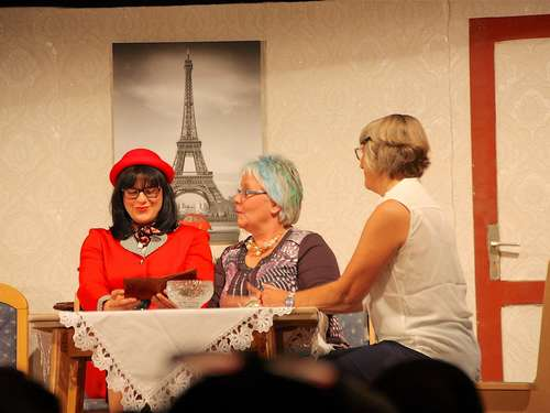 Theater in Uschlag: Illegal und gut gelaunt