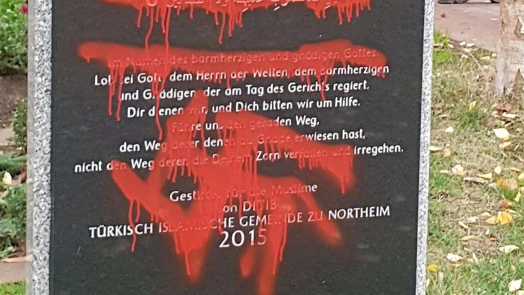 Northeim: Muslimische Gräber mit Hakenkreuzen beschmiert   Northeim