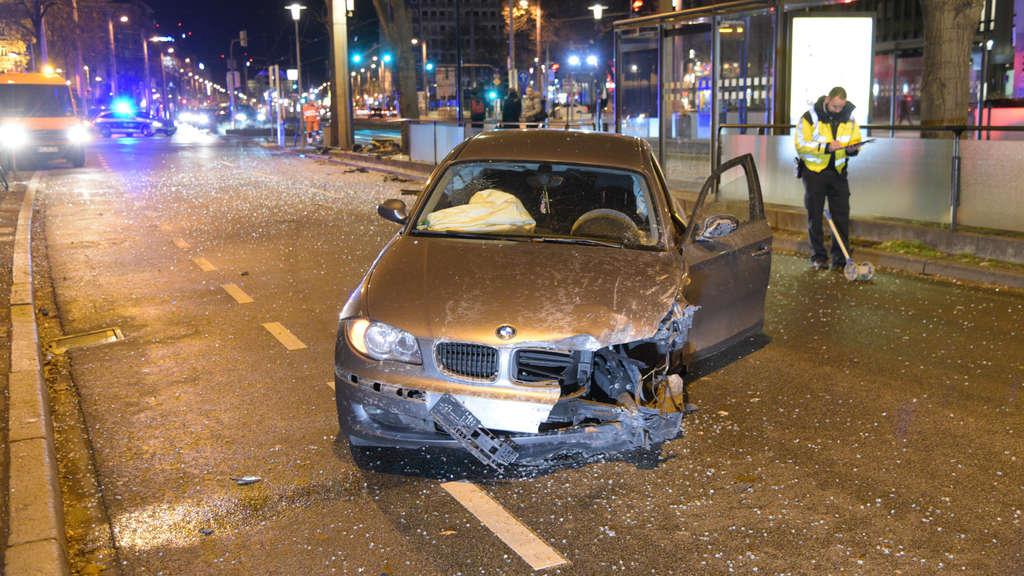 Der zerstörte BMW nach dem Unfall auf dem MannheimerFriedrichsring.