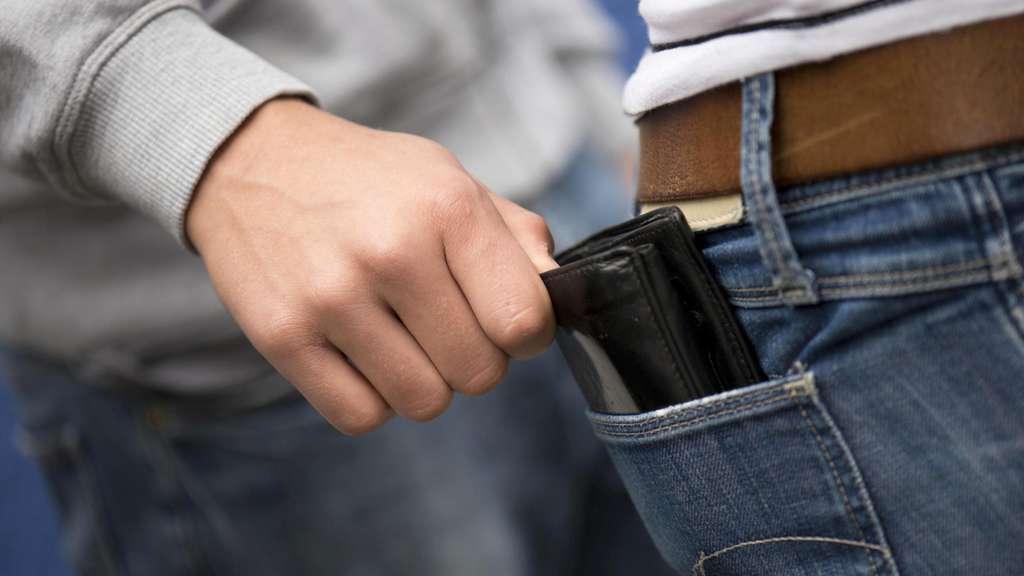 63a061753c9ff Zwei Taschendiebe haben einer Frau in Kassel die Geldbörse gestohlen.  (Symbolbild)