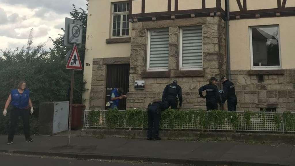 Spurensuche: In der Nähe des Tatorts durchsuchen Beamte der Polizei nach Spuren. Auch auch benachbarten Grundstücken. Die Tat geschah wenige Meter davon entfernt.