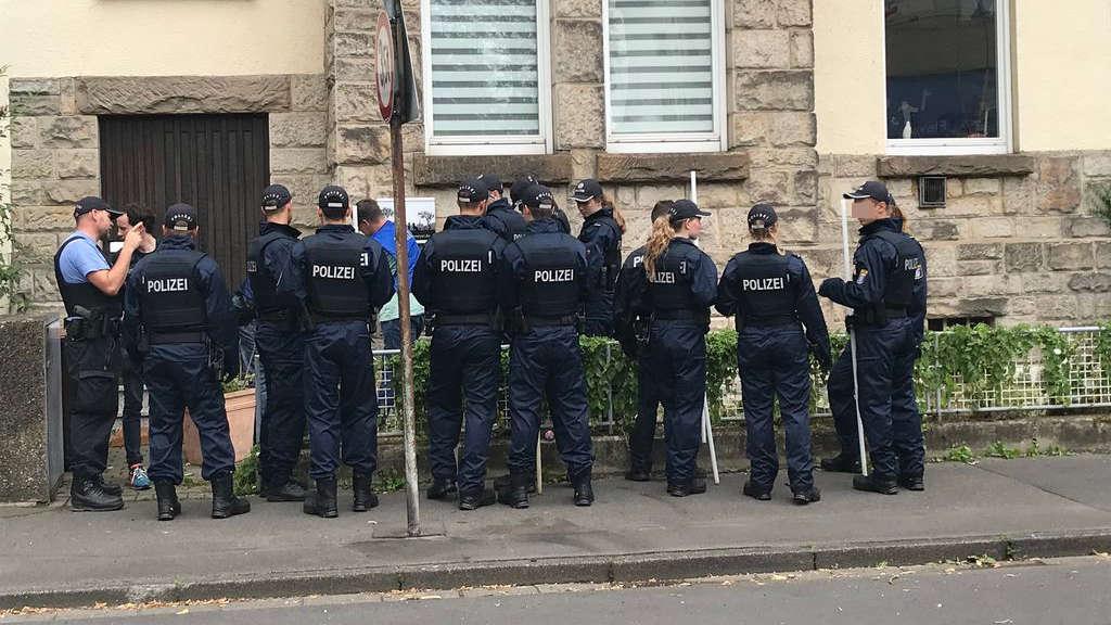 Großaufgebot: Polizeischüler durchsuchen die Umgebung des Tatorts in Kassel-Niederzwehren nach Spuren.