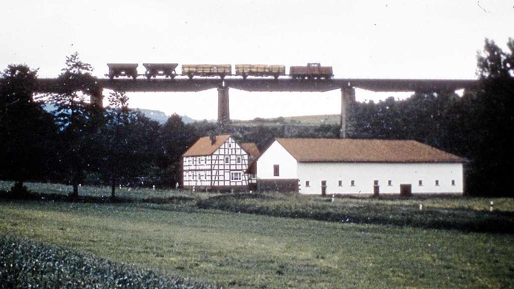 Güterverkehr auf der Kanonenbahn gab es bis ins Jahr 2002. Das Foto zeigt die Bahnbrücke über das Tal bei Relbehausen.