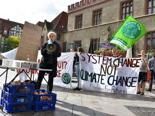Fridays for Future-Gruppe verschenkt Lebensmittel bei spontaner Demo in Göttingen