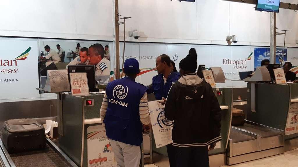 Umsiedelungs-Programm der Bundesregierung: Flüchtlingsflug landet am Kassel Airport in Calden